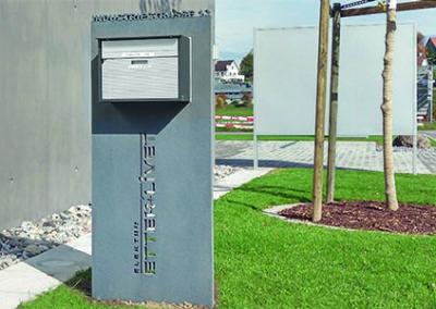 Briefkastenstehle mit Beschriftung aus Hochleistungs-Beton